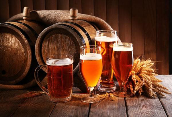 Beer barrel with beer glasses